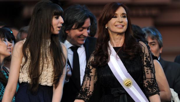 Cristina Fernandez de Kirchner junto a sus hijos Florencia y Maximo