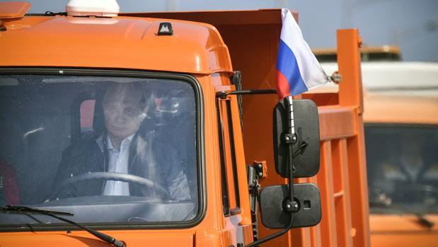 Putin, cruza al volante de un camión el puente que une Crimea y la Rusia continental