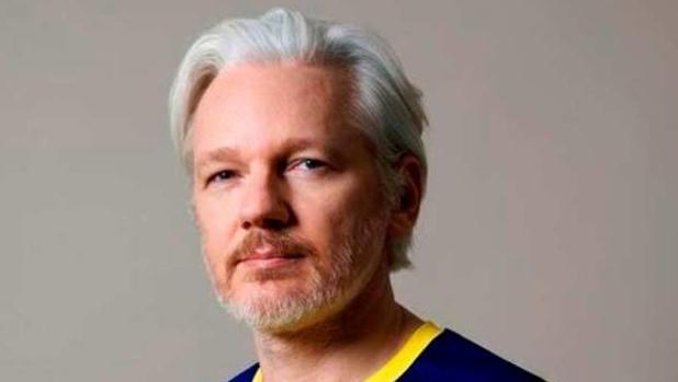 Assange con la camiseta de Ecuador tras conocerse que se la ha concedido esa nacionalidad