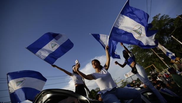 Estudiantes protestan contra el Gobierno de Ortega a las afueras de la Universidad Centroaméricana en Managua