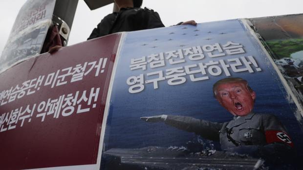 """Un manifestante surcoreano sostiene una pancarta que dice """"¡Alto! Ejercicios aéreos de Max Thunder"""""""