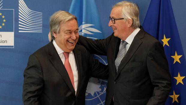 Juncker, a la derecha, da la bienvenida en Bruselas a Guterres