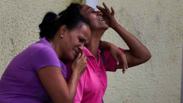 Familiares de los recluidos en la Comunidad Penitenciaria Fénix lloran en la inmediaciones de la morgue