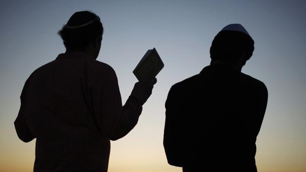 Dos judíos ortodoxos, durante un rezo frente al Mediterráneo