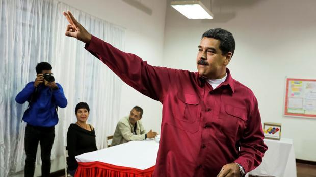 El presidente de Venezuela, Nicolás Maduro, votando en su centro electoral, en el oeste de Caracas, hoy