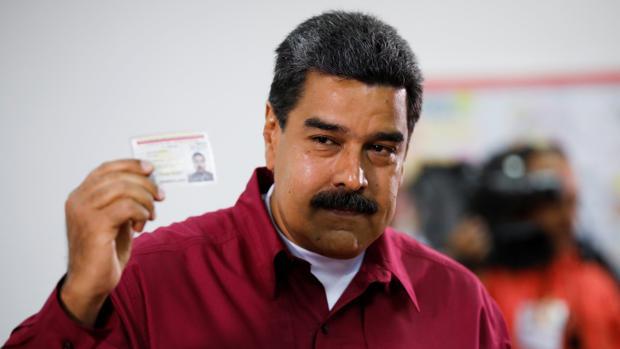 El presidente venezolano Nicolás Maduro da su voto durante las elecciones presidenciales en Caracas
