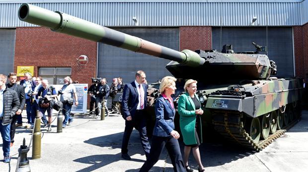 La ministra de Defensa alemana Ursula von der Leyen y su homóloga holandesa Ank Bijleveld participan en una demostración de un tanque Leopard 2