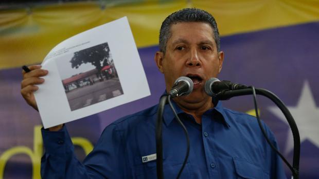 El candidato opositor Henri Falcón habla durante una rueda de prensa