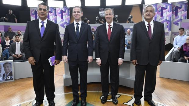 El independiente, Jaime Rodríguez; el conservador, Ricardo Anaya; el oficialista, José Antonio Meade, y el izquierdista, Andrés Manuel López Obrador posan antes de iniciar el segundo debate