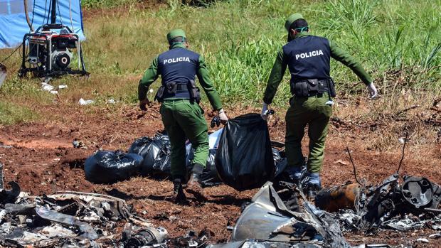 Agentes retiran restos del avión B-737-200 siniestrado el pasado viernes en La Habana