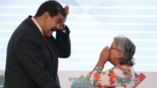 El presidente venezolano, Nicolás Maduro, junto a la presidenta del Consejo Nacional Electoral, Tibisay Lucena