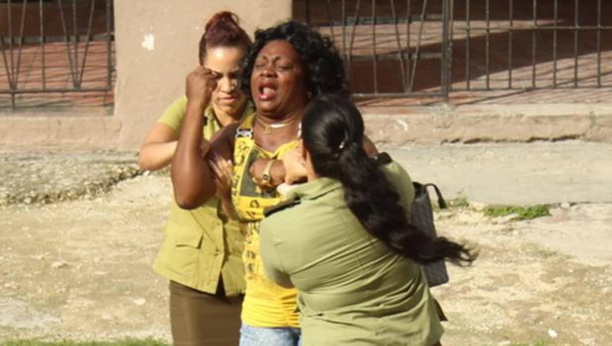 Dos agentes de la Seguridad del Estado de Cuba, en el momento de detener a Berta Soler - TWITTER