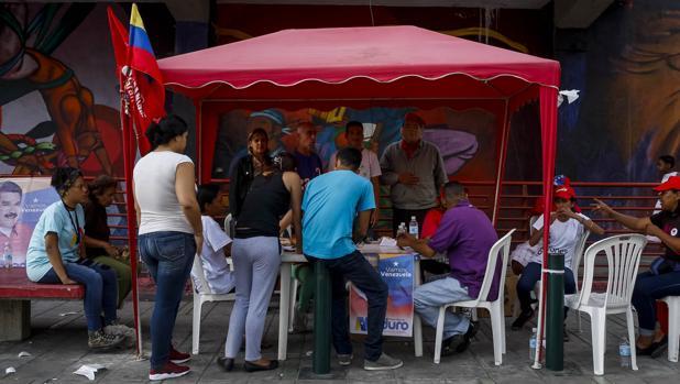 Uno de los «puntos rojos» para registrar el «carné de la patria» tras votar en las elecciones del domingo