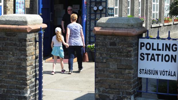 Una mujer y su hija entran a un colegio electoral en Dublín