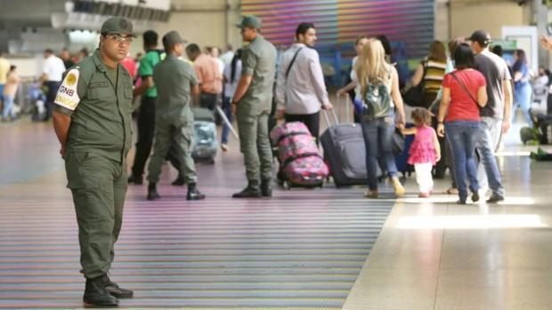GNB controlan a los pasajeros que caminan por el Aeropuerto Internacional Simón Bolívar