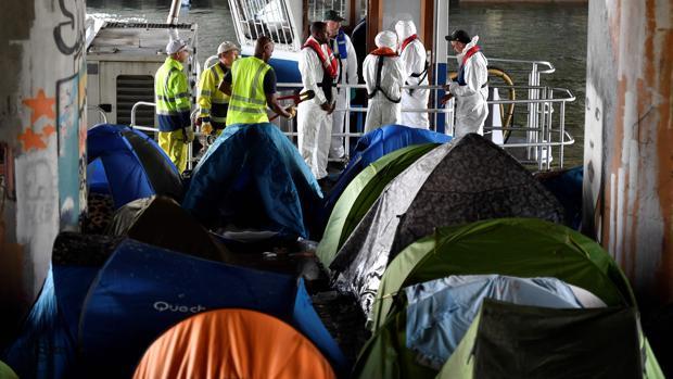 Los antidisturbios franceses desmantelan un campo de 1.700 inmigrantes al norte de París