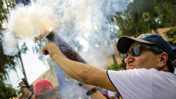 Un seguidor del presidente de Nicaragua, Daniel Ortega, dispara un mortero casero