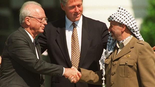 El primer ministro israelí Isaac Rabin estrecha la mano de Yasser Arafat en 1993