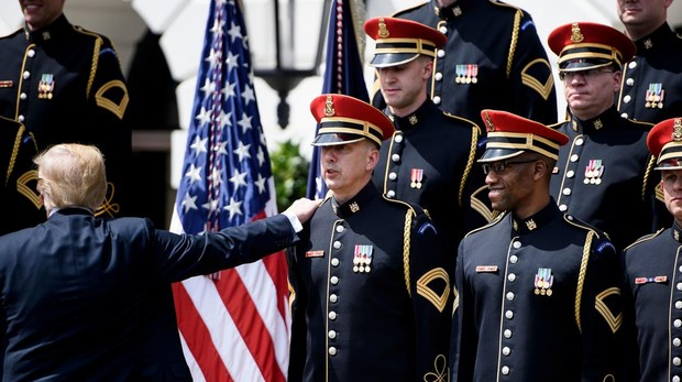Trump olvida la letra del himno de EE.UU. «God Bless America» durante un acto en la Casa Blanca