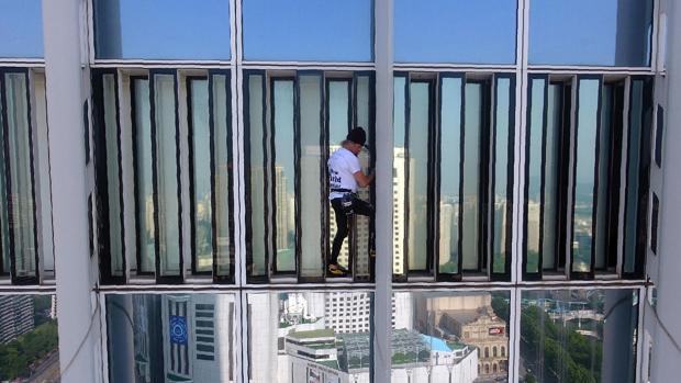 El «Spiderman francés», detenido en el piso 75 de un rascacielos cuando trataba de honrar a las Coreas