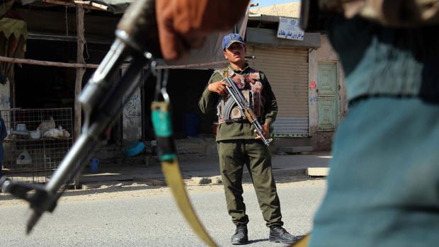 Las fuerzas de seguridad de Afganistán montan guardia en un puesto de control esta semana en Kandahar