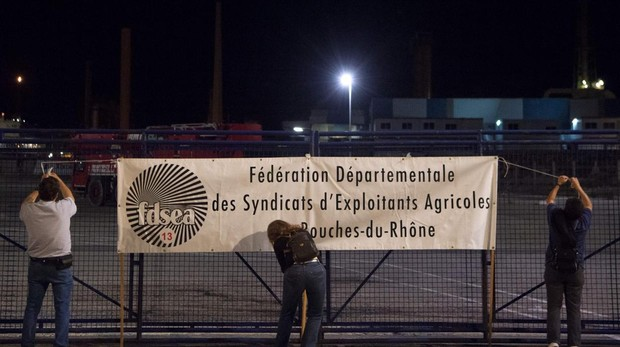 Los agricultores franceses, al «asalto» de las refinerías