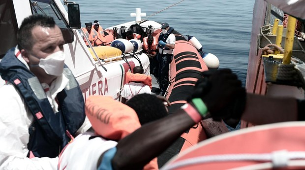 Trasladan a 400 inmigrantes a dos barcos italianos