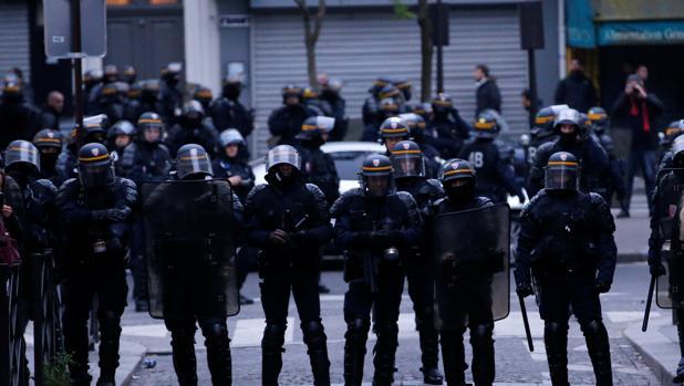 Mundo: Hombre armado toma dos rehénes y mantiene en vilo a París