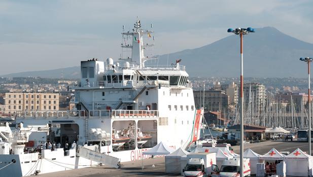 Un barco con 932 inmigrantes llega al puerto italiano de Catania