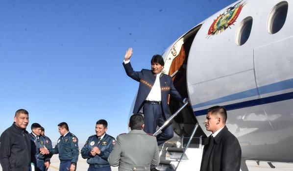 Evo Morales subiendo al avión para iniciar su gira en Rusia