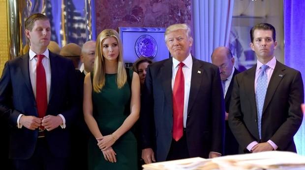 El presidente Trump, junto a sus hijos Eric, Ivanka y Donald Jr., en enero de 2017