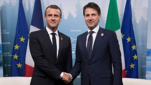 El presidente francés Emmanuel Macron le estrecha la mano al primer ministro italiano, Giuseppe Conte en el G7