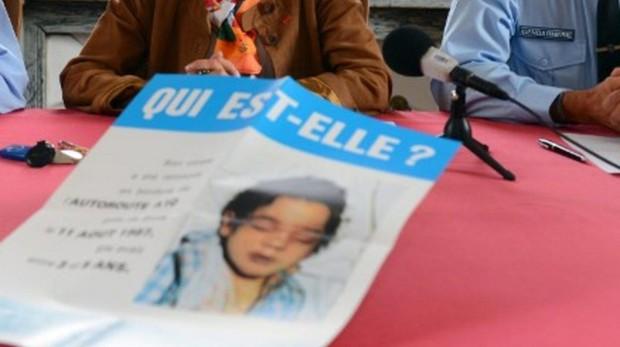 Cartel distribuido por la policia para lograr identificar a la niña