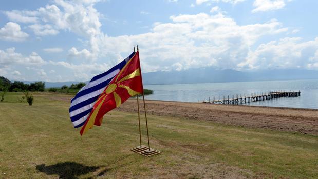 Firma histórica sobre el nombre de la República Macedonia del Norte al borde del lago de Prespes en Grecia