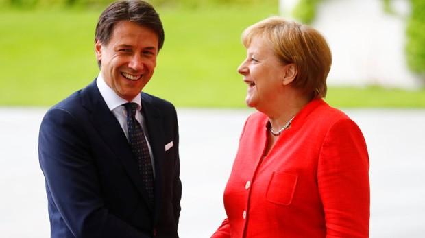 El primer ministro italiano, Giuseppe Conte, estrecha la mano de la canciller alemana, Angela Merkel