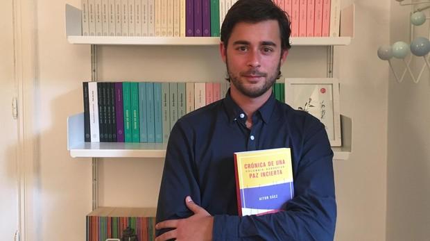 Aitor Sáez sostiene su libro en la editorial Círculo de Tiza