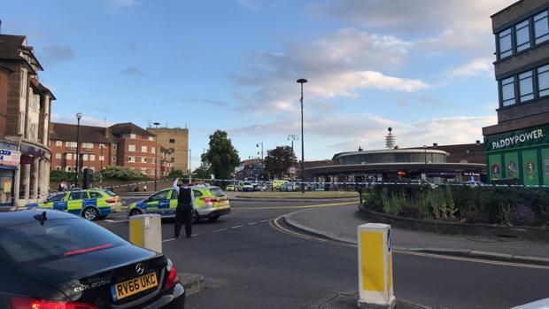 Agentes de la Policía Metroplitana de Londres acuden a la estación de metro de South Gate, donde se ha registrado una explosión este martes