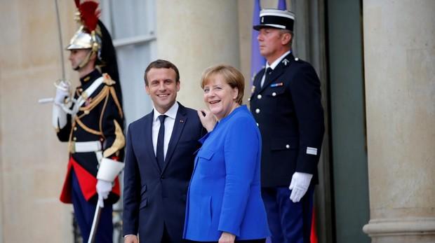 Macron llega a Berlín para salvar a Merkel