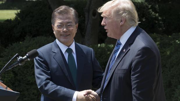 El presidente estadounidense, Donald Trump (d) junto con su homólogo de Corea del Sur, Moon Jae-in
