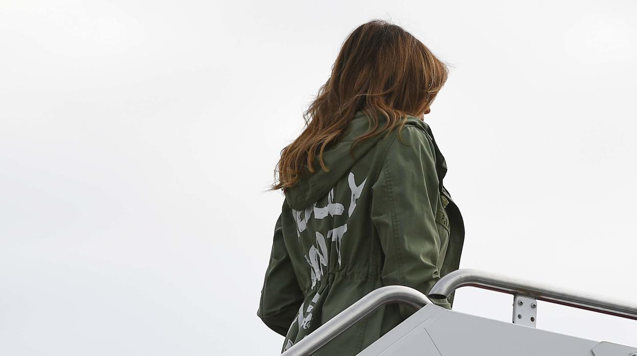 Melania siembra la polémica con el inoportuno mensaje de su chaqueta