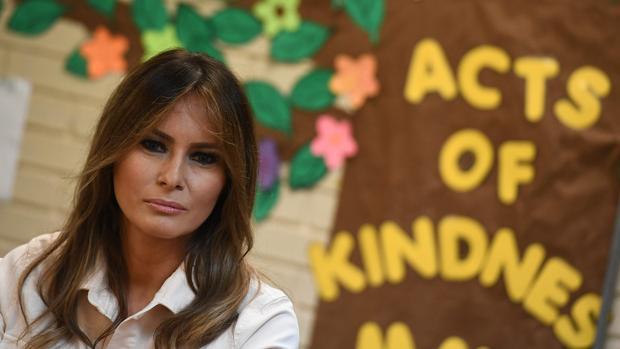 Melania Trump viaja por sorpresa a un centro de detención con niños inmigrantes en la frontera
