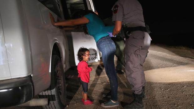 Fotografía de la niña hondureña junto a su madre, detenidas en la frontera de México con EE.UU.