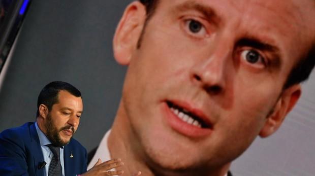 El ministro del Interior italiano, Matteo Salvini, con una imagen de Macron de fondo
