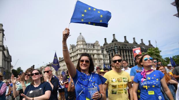 Un manifestante a favor de la UE agita una bandera europea durante una manifestación anti-Brexit en la Plaza del Parlamento en Londres, Gran Bretaña, el 23 de junio de 2018