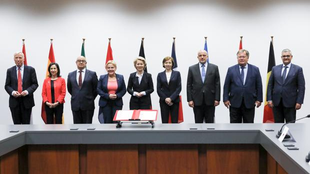 Foto de familia de los firmantes. La segunda por la izquierda, la ministra española de Defensa, Margarita Robles