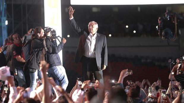 Andrés Manuel López Obrador, a su llegada al último acto de campaña en el Estadio Azteca