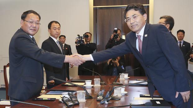 Kim Jeong-ryeol (d), viceministro de Transportes de Corea del Sur, y Kim Yun-hyok (i), viceministro de Ferrocarriles de Corea del Norte, participan en una reunión