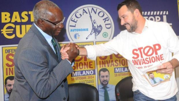 El senador negro de la xenófoba Liga asiste al baño de masas de Salvini en Pontida