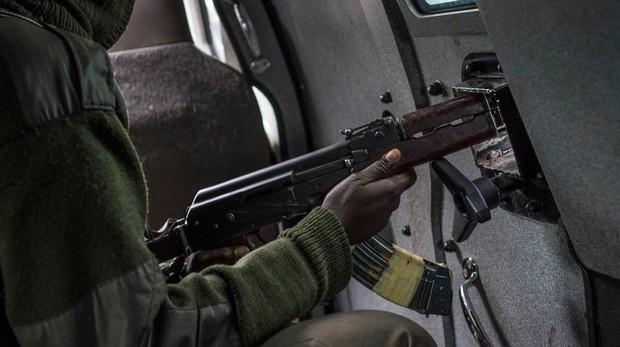 El nuevo rifle láser pesa casi como un AK-47, el rifle que se ve en la imagen
