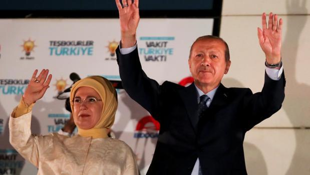 Y allá a su frente Estambul